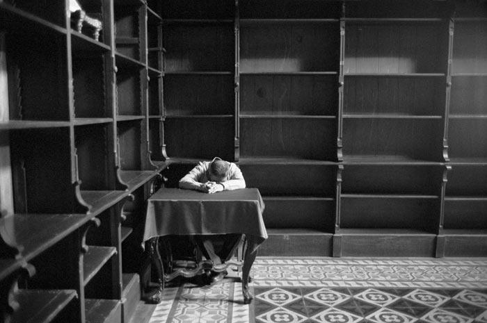 6-uomo-dorme-biblioteca